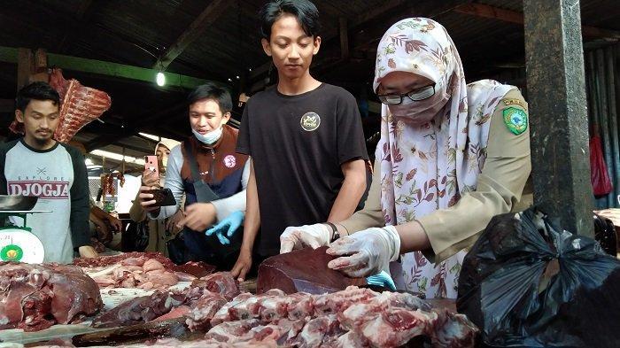 Dinas Pertanian dan Ketahanan Pangan Kabupaten Maros Sidak Pasar, Pastikan Daging Layak Konsumsi