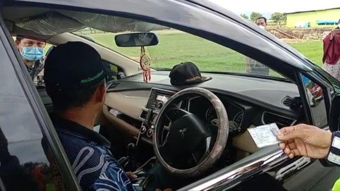 Polsek Bangkala Periksa KTP Pengendara di Perbatasan Jeneponto-Takalar