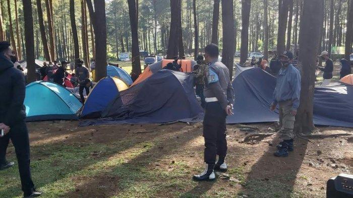 Petugas Bubarkan Aktivitas Camping di Hutan Pinus Lembanna Gowa