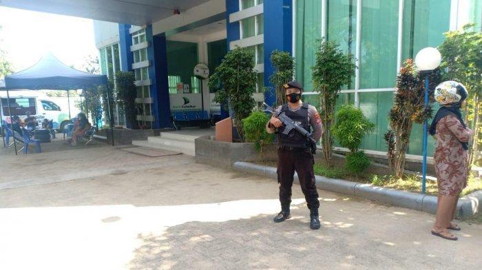 Jelang Lebaran, Polisi Bersejata Lengkap Jaga Ketat Bank di Polman