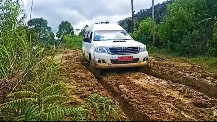 Lewati Jalan Berlumpur, Begini Perjuangan Nakes Lakukan Vaksinasi di Daerah Terpencil Toraja Utara