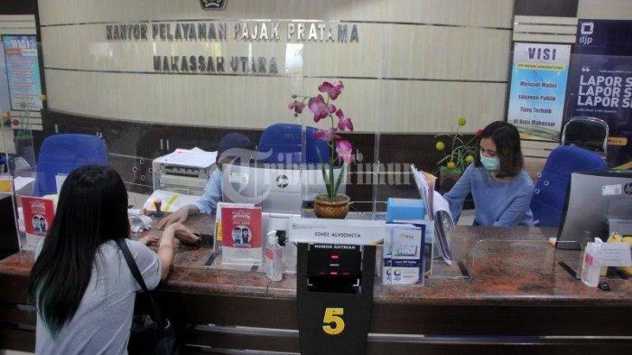 FOTO; Suasana di Kantor Pelayanan Pajak Pratama Makassar - petugas-pajak-melayani-warga-saat-melakukan-wajib-pajak-di-kantor-pelayanan-pajak-pratama-2.jpg
