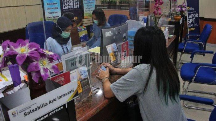 FOTO; Suasana di Kantor Pelayanan Pajak Pratama Makassar - petugas-pajak-melayani-warga-saat-melakukan-wajib-pajak-di-kantor-pelayanan-pajak-pratama-3.jpg
