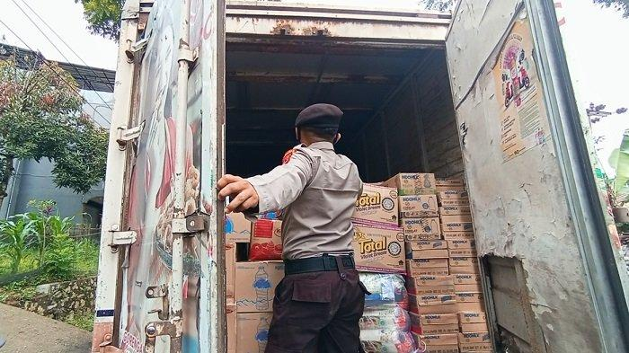 Cegah Pemudik Bersembunyi, Polisi di Toraja Periksa Bak Truk dan Mobil Box