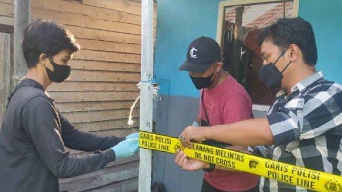 Petugas saat melakukan pemasangan garis polisi di tempat kejadian perkara di Jalan Cemara Labat II Kelurahan Pahandut Seberang, Kecamatan Pahandut Palangkaraya.