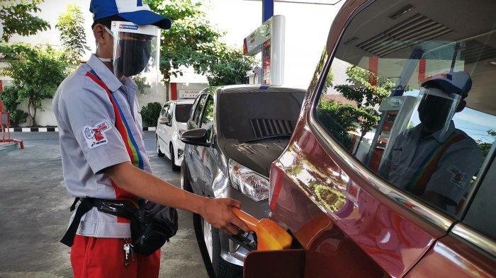 FOTO: Petugas SPBU Gunakan Pelindung Wajah - petugas-spbu2.jpg