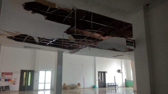 Pengunjung Mesti Hati-hati, Plafon Dekat Poli Bedah RSUD Latopas Jeneponto Nyaris Ambruk