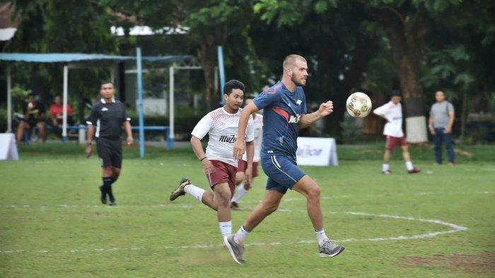 Specs sebagai apparel dalam olahraga sepakbola melakuan kegiatan coaching clinic yang dilanjutkan dengan bermain sepak bola bersama di Lapangan AURI Makassar, Rabu (28/11).Dua pemain PSM Makassar yang ikut serta dalam kegiatan ini adalah Marc Klok dan Willem Jan Pluim.
