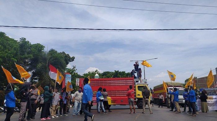 Tolak UU Cipta Kerja, Puluhan Massa Tutup Jalan Trans Sulawesi di Kelurahan Padoang Doangang
