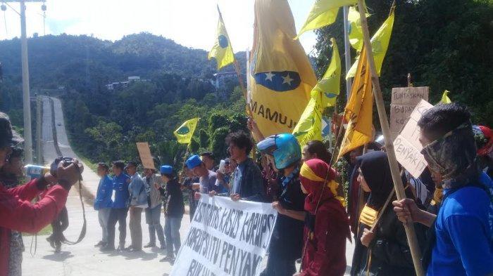 BREAKING NEWS : Peringati Hari Anti Korupsi, PMII Mamuju Demo di Mapolda Sulbar