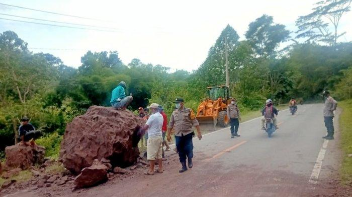 Longsor Tutup Jalan Poros Toraja-Makassar