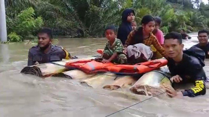 Terjebak Banjir, Puluhan Warga Desa Ompi Pasangkayu Dievakuasi