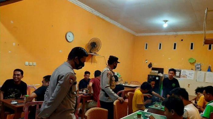 Polisi di Bulukumba Sidak Warga Tak Bermasker di Warkop