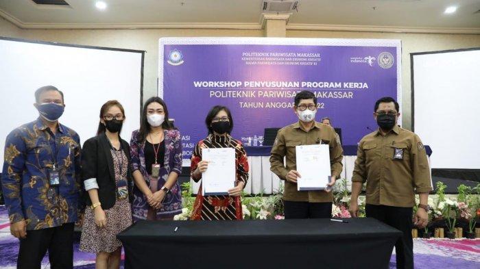Politeknik Pariwisata (Poltekpar) Makassar jalin kerjasama dengan PT. Bank Mandiri (Persero) Tbk Region X/Sulawesi dan Maluku yang ditandai Penandatanganan MoU di Hotel Aryaduta Makassar, Rabu (14/7/2021).  MoU ini ditandatangani langsung oleh Direktur Poltekpar Arifin M.Pd dan Pjs.Area Head Bank Mandiri Area Makassar Sam Ratulangi, Sisilia yang isinya terkait kerjasama layanan Perbankan. Tribun timur /muhammad abdiwan