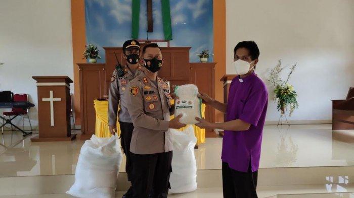 Kapolres Enrekang Salurkan Bantuan Sosial Kepada Jemaat Gereja Imanuel dan Gereja Katolik