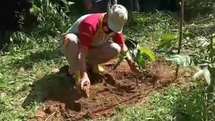 Peduli Lingkungan, Polres Gowa Tanam Ratusan Pohon di Desa Bellabori