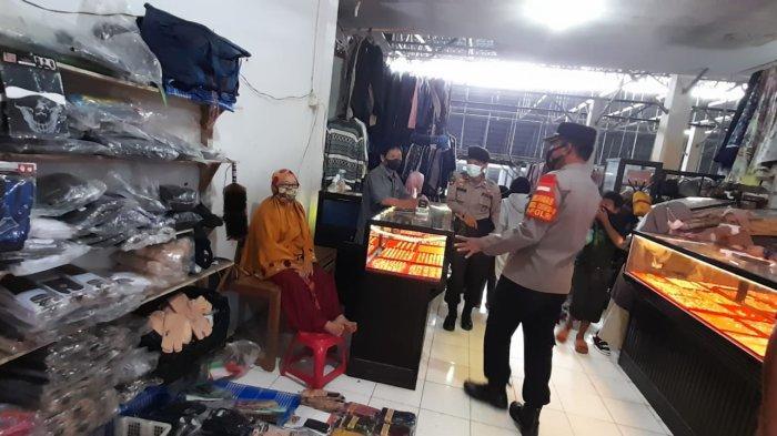 Pimpin Operasi Yustisi, Kapolsek Anggeraja Bagikan Masker Kepada Pengunjung Pasar