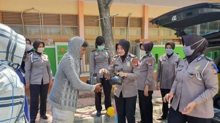 Polwan Polres Majene Bagi Sembako untuk Tukang Becak