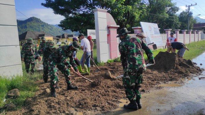 Prajurit Kodim 1402/Polmas Gelar Karya Bakti di Tapango