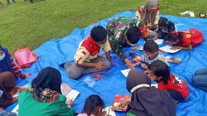 Bantu Pulihkan Trauma, Prajurit TNI Ajak Anak-Anak Korban Gempa Sulbar Menggambar dan Senam Pagi
