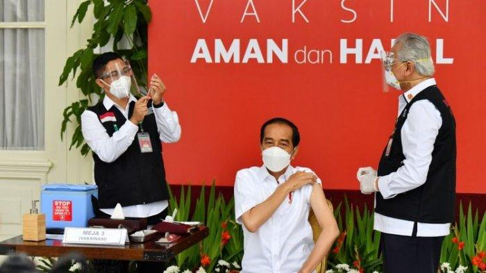 Presiden Joko Widodo saat mendapat suntikan pertama vaksin Covid-19 di Istana Kepresidenan pada Rabu (13/1/2021).