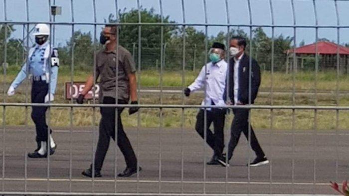 Presiden Jokowi didampingi Gubernur Ali Baal Masdar berjalan menuju pintu VIP Bandara Tampa Padang, Selasa (19/1/2020). Selanjutkan akan ke kota Mamuju melihat penanganan gempa.