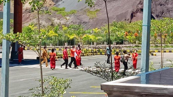 BREAKING NEWS: Tiba di Toraja, Presiden Jokowi Disambut Tari Pa'gellu'