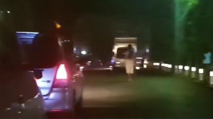 Hati-hati! Ada Pria Diduga Gila Bawa Parang di Jalan Trans Sulawesi Barat Polman