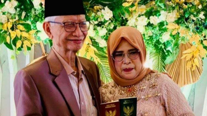 Dekan Fakultas Kedokteran UMI, Prof Syarifuddin Wahid, saat melangsungkan pernikahan dengan Rosmiaty Dalle, di Hotel Myko, Jumat (14/5/2021)