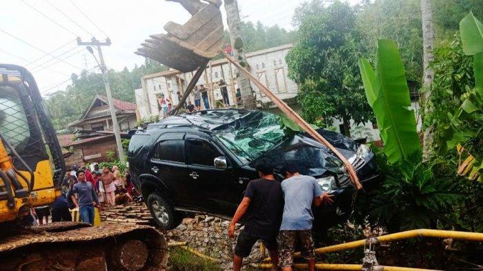 Mobil Fortuner Terjun Ke Sungai di Salubarani Tana Toraja, Penumpang Alami Luka Ringan