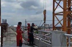 Pria Gangguan Jiwa Panjat Crane di Mal Panakkukang, Pengunjung Heboh