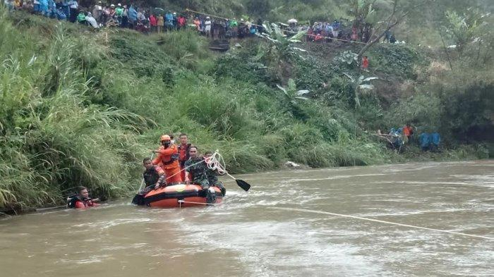 Mobil Terjun ke Sungai, Basarnas Ikut Cari Tiga Korban Lakalantas di Mamasa
