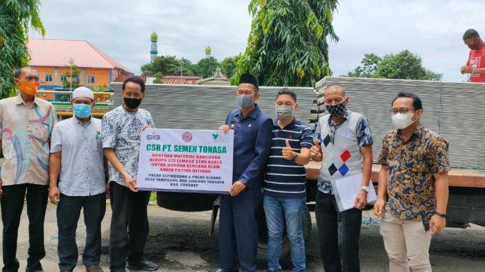 Semen Tonasa Salurkan 312 Seng Asbes ke Korban Puting Beliung di Liukang Tangngaya Pangkep
