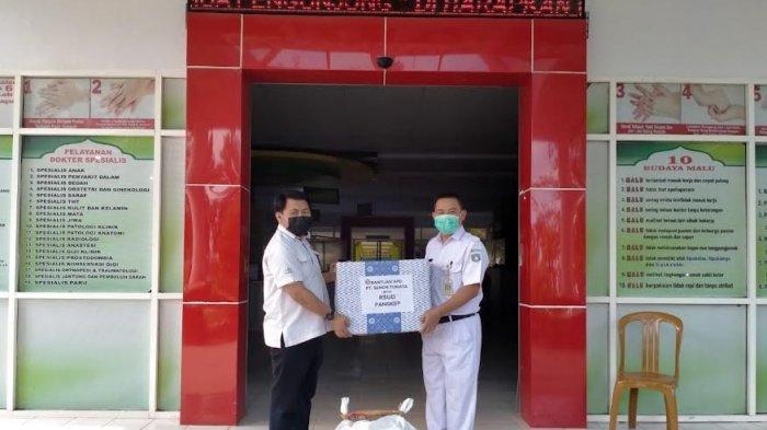 Semen Tonasa Serahkan 486 Baju Hazmat ke Tenaga Kesehatan di Pangkep