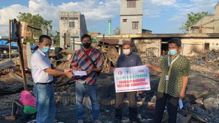 Semen Tonasa Salurkan Bantu Korban Kebakaran di Pasar Palampang Pangkep