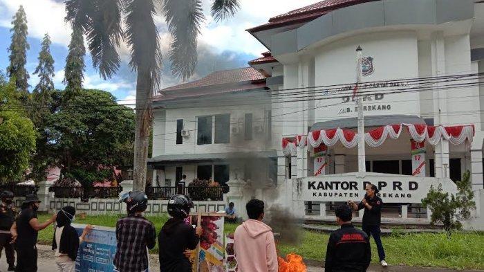 Unjuk Rasa di Kantor DPRD Enrekang, Mahasiswa Minta Randis Mewah Bupati RP 1,6 M Dikembalikan