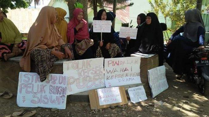 Suka Raba-raba Daerah Sensitif, Orangtua Siswa MTsN 2 Enrekang Unjuk Rasa Tuntut Kepsek Mundur