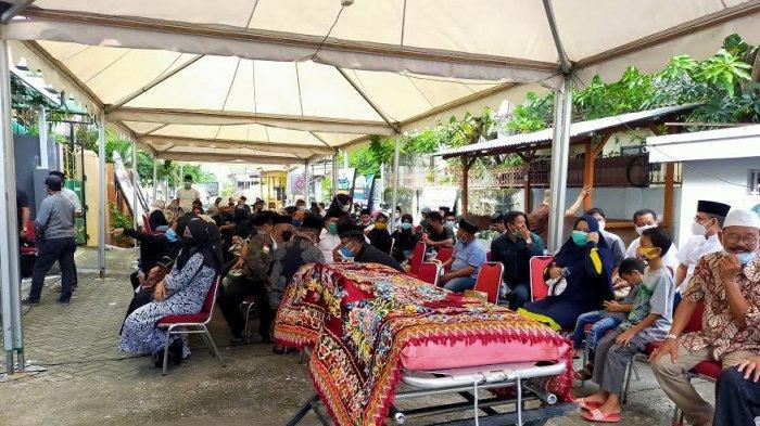 Puluhan Pelayat Padati Rumah Duka Abdul Latief di Jl Mapala