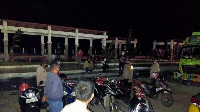 Batasi Jam Malam, TNI-Polri di Selayar Kompak Bubarkan Kerumunan di Pusat Keramaian