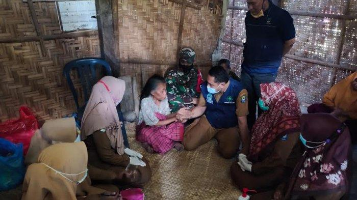Hidup Sebantangkara, Pegawai Puskesmas Togo-Togo Jeneponto Salurkan Bantuan ke Nenek Suni