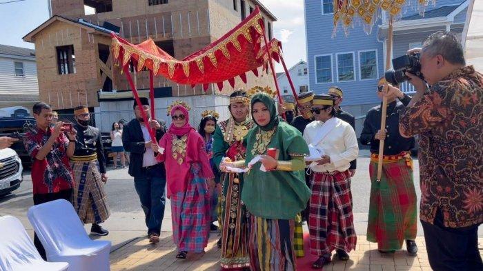 Meriahnya Pernikahan Adat Bugis-Makassar di Amerika Serikat, Lengkap Pembawa Erang-erang