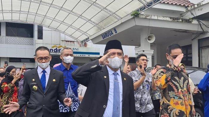 Tak Lagi Menjabat, Ratusan ASN Antar Hatta Rahman-Harmil Mattotorang Tinggalkan Kantor Bupati