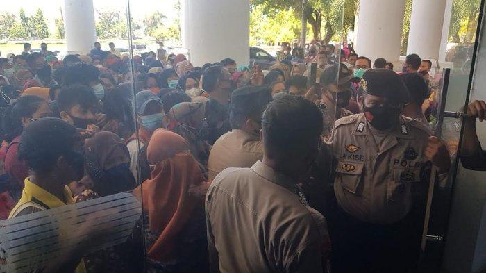 Berdesak-desakan Saat Hendak Divaksin, 2 Guru di Polman Dilarikan ke Rumah Sakit