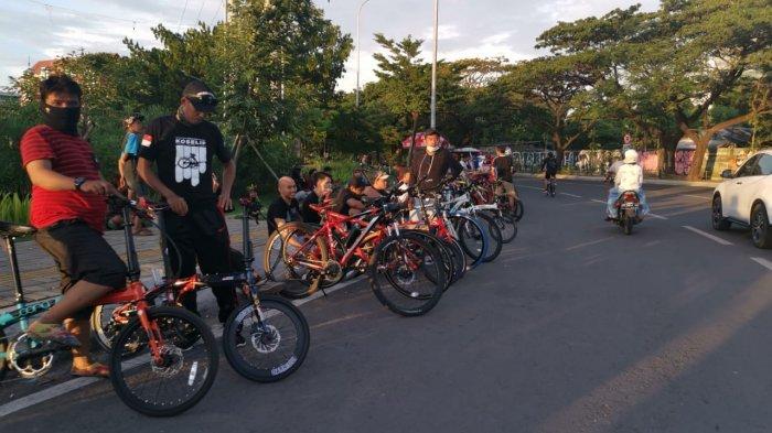 FOTO: Dilarang Kumpul-kumpul di Warkop, Berkerumun di Pantai Losari Makassar Dibiarkan - ratusan-warga1.jpg