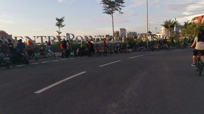 FOTO: Dilarang Kumpul-kumpul di Warkop, Berkerumun di Pantai Losari Makassar Dibiarkan - ratusan-warga2.jpg