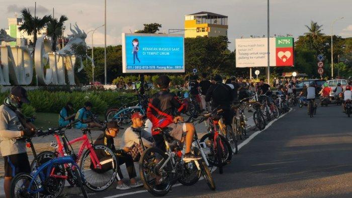 FOTO: Dilarang Kumpul-kumpul di Warkop, Berkerumun di Pantai Losari Makassar Dibiarkan - ratusan-warga4.jpg