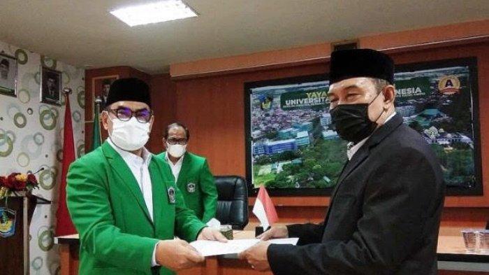 Rektor UMI Serahkan SK Plt Dekan Fakultas Hukum ke Ilham Abbas