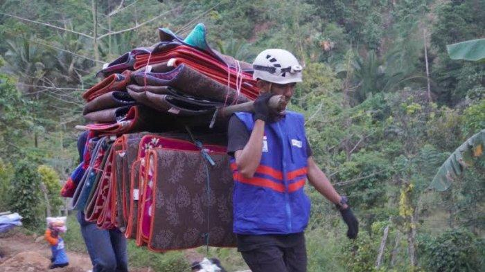 Jalan Kaki 45 Menit, Relawan DT Peduli Salurkan Bantuan ke Pengungsi Korban Longsor Luwu