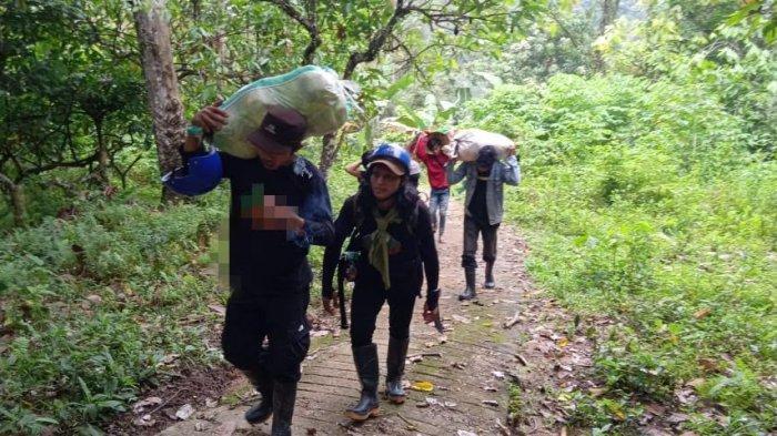 Tempuh Jarak 15 KM, Relawan Muhammadiyah Pikul Bantuan Korban Gempa Sulbar ke Pelosok
