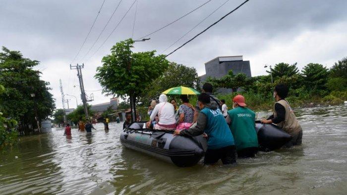 Pakai Perahu Karet, Relawan Wiz Evakuasi Bayi dan Balita di Lokasi Banjir BTP
